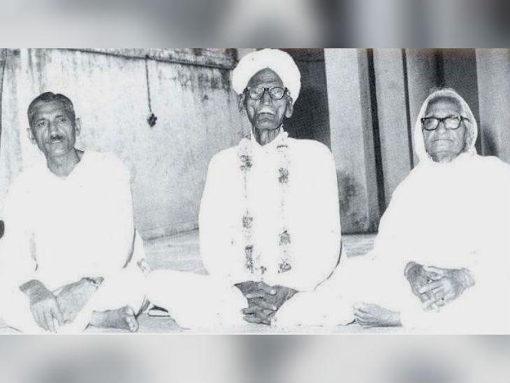 वडील चुन्नीलाल आणि आई चन्नन देवी यांच्यासोबत धर्मपाल गुलाटी (उजवीकडे)