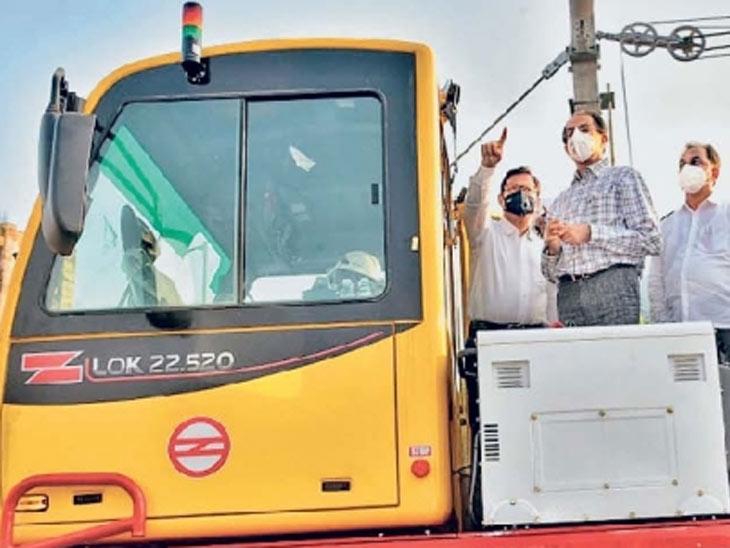 कांदिवली चारकोप येथे रविवारी मेट्रो ट्रायल रनच्या तयारीची पाहणी करताना मुख्यमंत्री उद्धव ठाकरे. - Divya Marathi