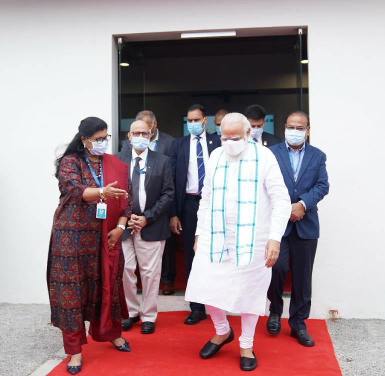 भारत बायोटेकमध्ये पंतप्रधान नरेंद्र मोदींसोबत भारत बायोटेकच्या जॉइंट एमडी सुचित्रा ऐल्ला.