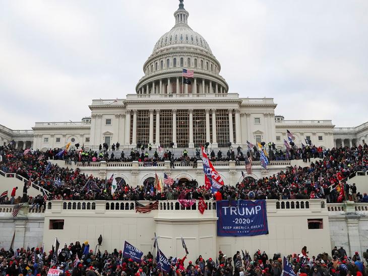 अमेरिकेची संसद बिल्डिंग यूएस कॅपिटल हिलवर ट्रम्प समर्थक. त्यांनी राष्ट्राध्यक्ष निवडणूक निकाल रद्द करण्याची मागणी केली. नंतर सुरक्षारक्षकाने त्यांना हटवले.