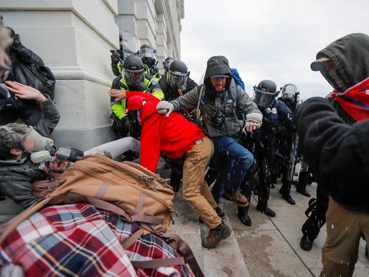 ट्रम्प समर्थकांनी बिल्डिंगची तोडफोड केली. ते पोलिसांना भिडले. जवाबी कारवाईत पोलिसांना लाठ्या चालवाव्या लागल्या.