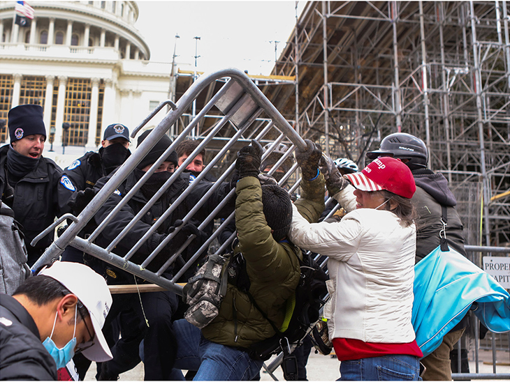 सुरक्षारक्षकांनी आंदोलकांना पहिले बॅरिकेड लावून रोखले, मात्र त्यांनी बॅरिकेड तोडले.