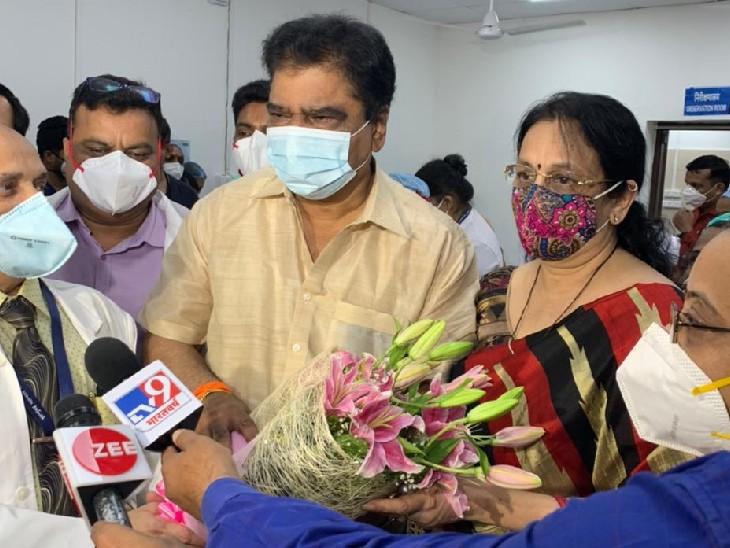 मुंबईमध्ये माजी आरोग्यमंत्री आणि शिवसेना आमदार डॉ. दीपक सावंत आणि त्यांच्या पत्नीला कोरोना व्हॅक्सीनचा पहिला डोज देण्यात आला.