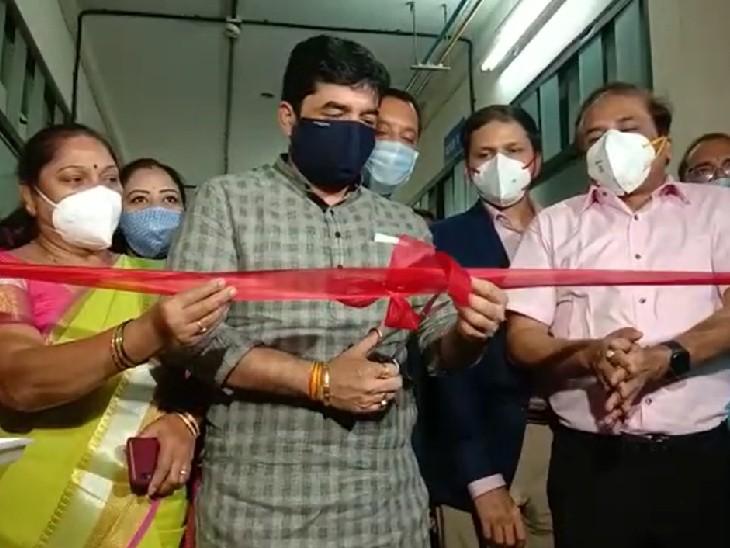 पुण्यातील नेहरू रुग्णालयात महापौर मुरलीधर मोहोळ यांच्या हस्ते लसी कक्षाचे उद्घाटन झाले.