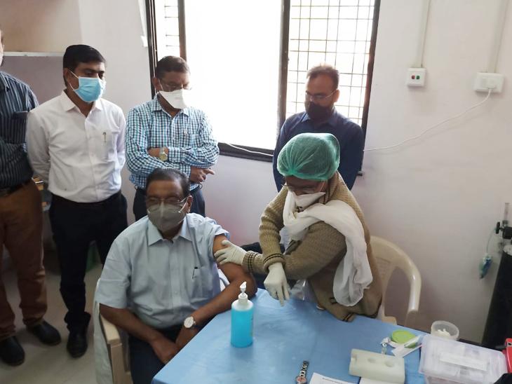 हिंगणा येथील ग्रामीण रुग्णालयात शालिनीताई मेघे रुग्णालयाचे अधिष्ठाता डॉ. दिलीप गोडे यांनी कोविशिल्ड लस घेतली.