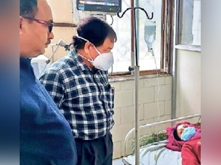 बीड : लसीकरणानंतर त्रास झालेल्यांची रुग्णालयात जाऊन विचारपूस करताना सीएस डाॅ. गीते, लसीकरण प्रमुख डाॅ. कदम आदी - Divya Marathi