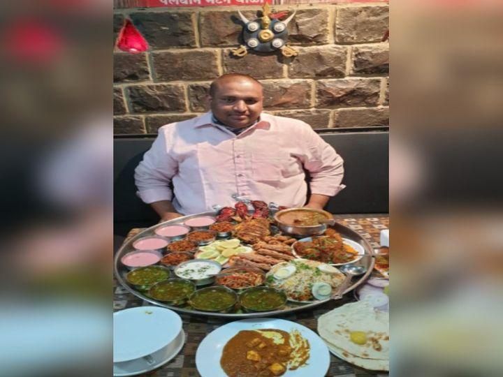 'बुलेट थाळी' समोर बसलेले हॉटेल मालक अतुल वायकर - Divya Marathi
