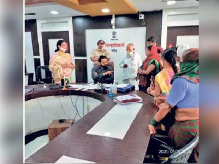 जिल्हाधिकाऱ्यांची भेट घेऊन गावातील महिलांनी त्यांची कैफियत मांडली. - Divya Marathi