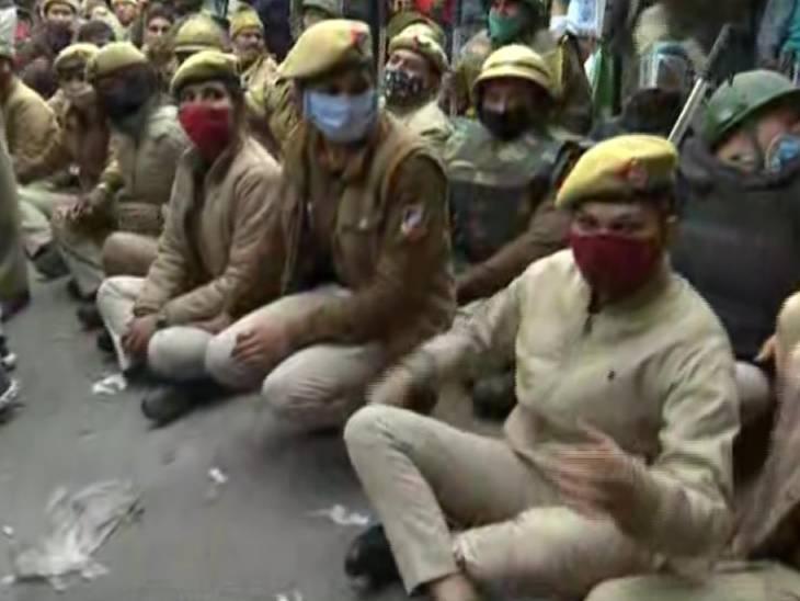 शेतकऱ्यांना रोखण्यासाठी दिल्लीच्या नांगलोईमध्ये पोलिसांचे जवान रस्त्यावर बसले आहेत. यामध्ये मोठ्या संख्येने महिला कर्मचारी देखील आहेत.