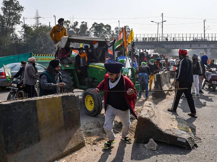 दिल्लीच्या अक्षरधामजवळ रस्त्यावरील दुभाजक तोडून आतमध्ये येण्याचा प्रयत्न करताना आंदोलक शेतकरी