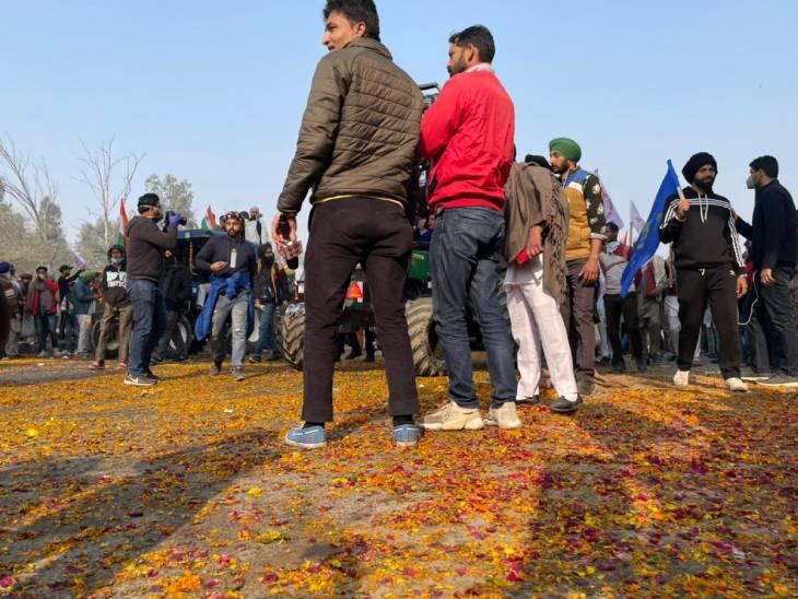दिल्लीच्या स्वरूप नगरमध्ये लोकांनी शेतकऱ्यांवर फुलांचा वर्षाव करून त्यांचे स्वागत केले. ही जागा सिंघू सीमेपासून जवळपास 14 किलोमीटर पुढे आहे.
