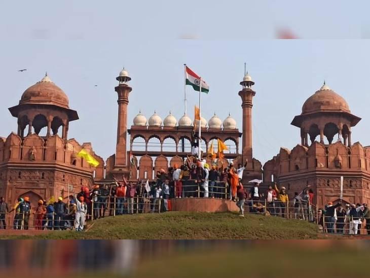 दिल्लीत दाखल झाल्यानंतर एका आंदोलकाने लाल किल्ल्यावर राष्ट्रीय ध्वज फडकवल्या जाणाऱ्या ठिकाणी खासला झेंडा लावला.