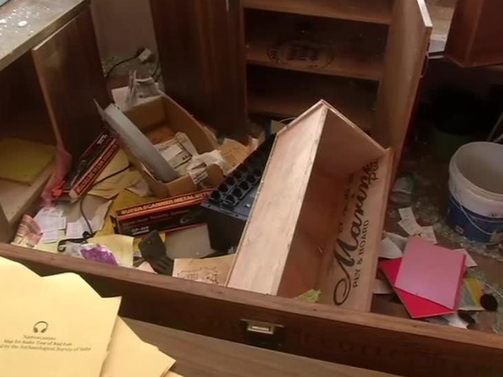 लाल किल्ल्याच्या कार्यालयात ठेवलेल्या फाइलही बाहेर फेकण्यात आल्या आहेत. आता पर्यटन विभाग आणि लाल किल्ल्याचे प्रशासकीय अधिकारी फाइल रिकव्हर करण्याचा प्रयत्न करत आहेत.