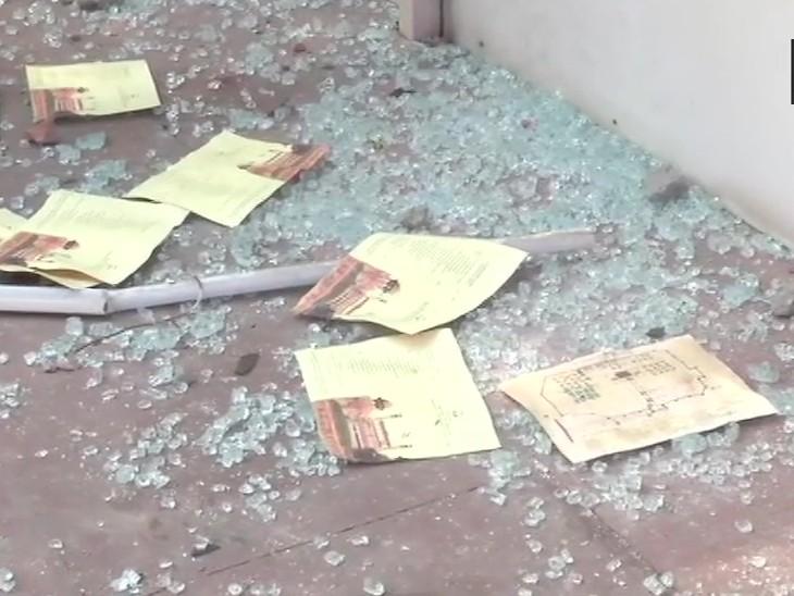 लाल किल्ल्याच्या खिडक्यांचे ग्लासही आंदोलकांनी तोडले आहेत. पर्यटन विभाग संपूर्ण नुकसानीचा हिशोब करत आहेत.