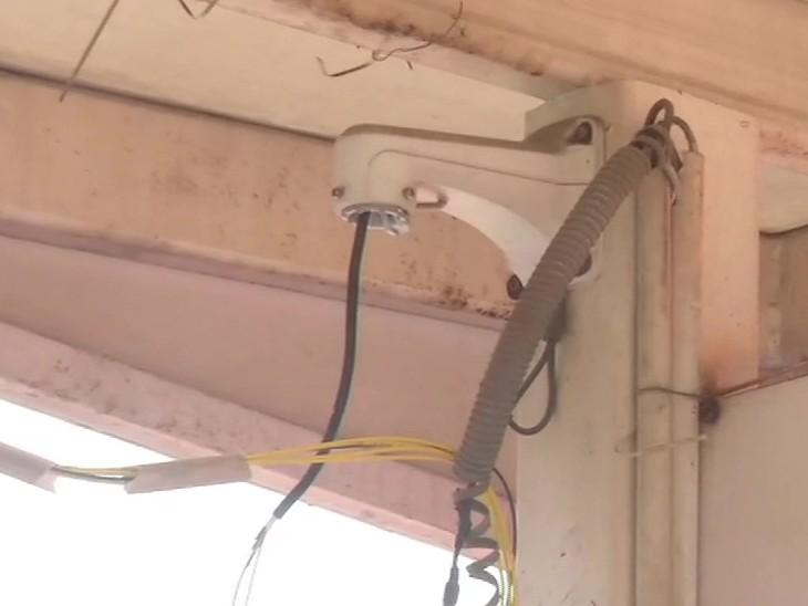 लाल किल्ल्यामध्ये लावण्यात आलेले अनेक CCTV हिंसा करणाऱ्यांनी तोडले आहेत. असे सांगितले जात आहे की, हिंसक पूर्ण तयारीने आले होते. पोलिस आता उर्वरित CCTV वरुन फुटेज तपासत आहे.