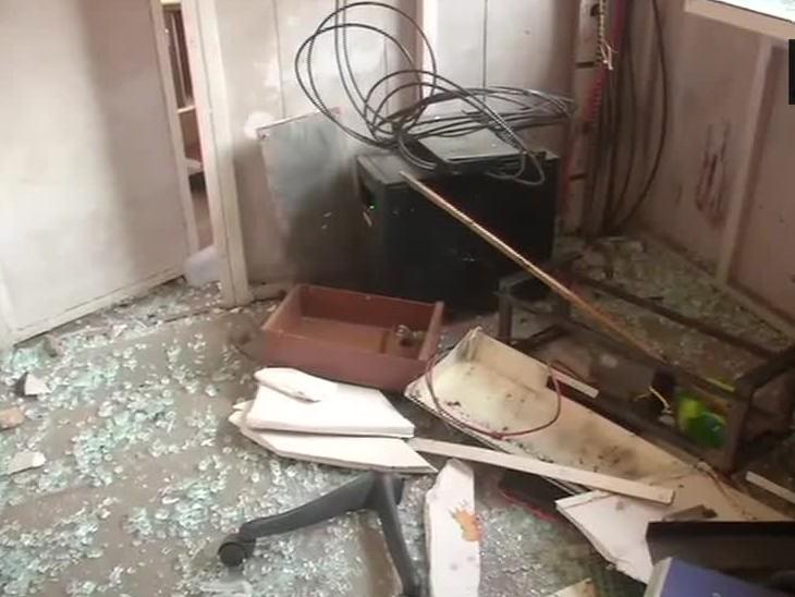 किल्ल्याच्या खोल्यांमध्ये ठिकठिकाणी सामान पसरले आहे. पर्यटन विभागाकडून आता स्वच्छता करण्यास सुरुवात केली आहे.