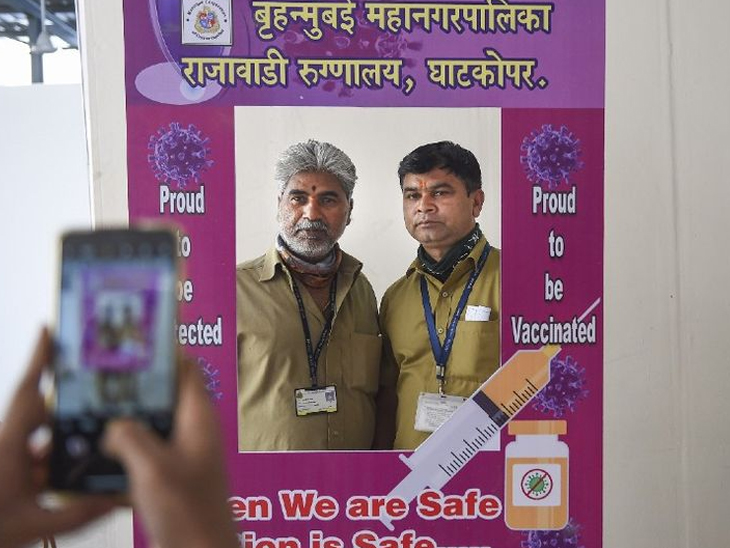 फोटो मुंबईचा आहे. येथे लस घेतल्यानंतर फ्रेम पोझिशनमध्ये फोटो काढताना पोलिस कर्मचारी. - Divya Marathi
