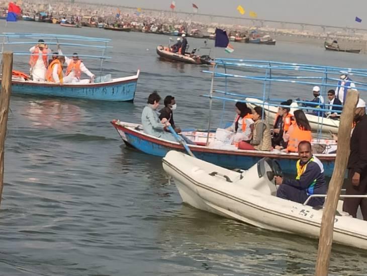 प्रियांका गांधी गंगा नदीत नाव चालवली