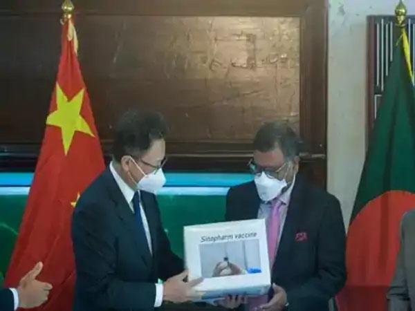 गेल्या आठवड्यात बांग्लादेशातील चीनचे राजदूत ली जिमिंग यांनी बांग्लादेशचे आरोग्यमंत्री जाहिद मलिक यांना सिनोफार्म लसीचे 5 लाख डोस दिले.