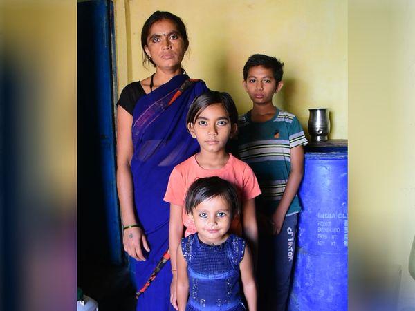 पिपलिया पेंडे खान भागात राहणा-या रामदेवी हजारिया या घरकाम करतात. गेल्या वर्षी मुलाच्या ऑनलाइन क्लाससाठी त्यांना नवीन फोन घ्यावा लागला होता.