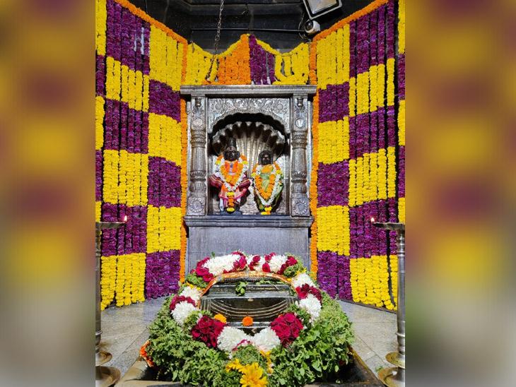 आळंदी : संत तुकाराम महाराज मंदिरात देखील फुलांची सजावट करण्यात आली आहे