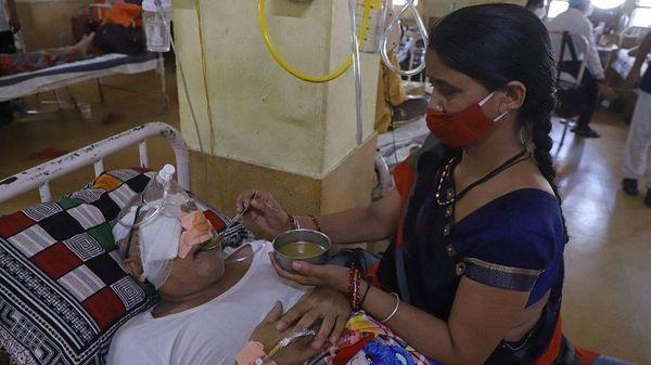 औषधांचा वापर केला जातो. काळ्या बुरशीच्या संसर्गामुळे डोळे काढावे लागतात. गुजरात, राजस्थान आणि मध्य प्रदेशात या संसर्गाची प्रकरणे वाढत आहेत.