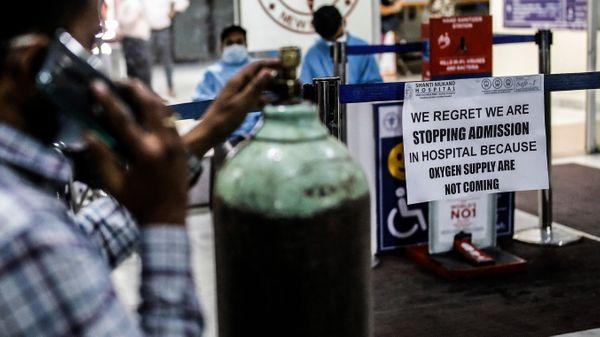 ऑक्सिजनच्या तुटवड्यामुळे एप्रिल महिन्यात रुग्णालयांनी रूग्णांना प्रवेश नाकारण्यास सुरुवात केली. याचा परिणाम असा झाला की, केंद्र सरकारने उद्योगांना ऑक्सिजनचा वापर करण्यास मनाई केली आणि ते वैद्यकीय वापरासाठी वळविले.