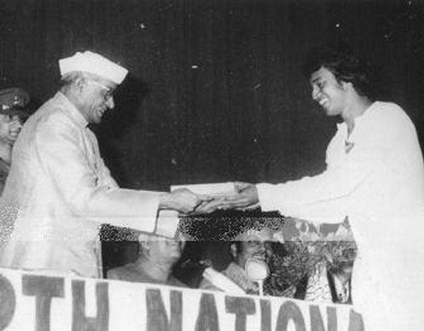 माजी राष्ट्रपती नीलम संजीवा रेड्डी यांच्याकडून राष्ट्रीय पुरस्कार स्वीकारताना मिथून चक्रवर्ती