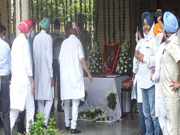 मुख्यमंत्री अमरिंदर सिंह आपल्या मंत्र्यांसह मिल्खा सिंह यांच्या घरी पोहोचले.