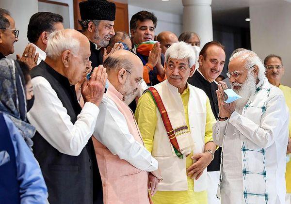 नॅशनल कॉन्फरन्सचे प्रमुख फारूक अब्दुल्ला आणि इतर काश्मिरी नेत्यांना अभिवादन करताना पंतप्रधान नरेंद्र मोदी. गुरुवारी काश्मीरमधील 14 नेत्यांना काश्मीरच्या भविष्याविषयी चर्चा करण्यासाठी नवी दिल्लीत बोलावण्यात आले होते.