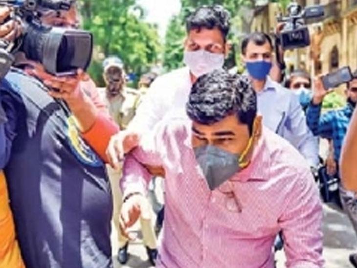 प्रसारमाध्यमांचा ससेमिरा चुकवताना कुंदन शिंदे. त्याला व संजीव पलांडेला शनिवारी पीएमएलए न्यायालयात हजर करण्यात आले. - Divya Marathi