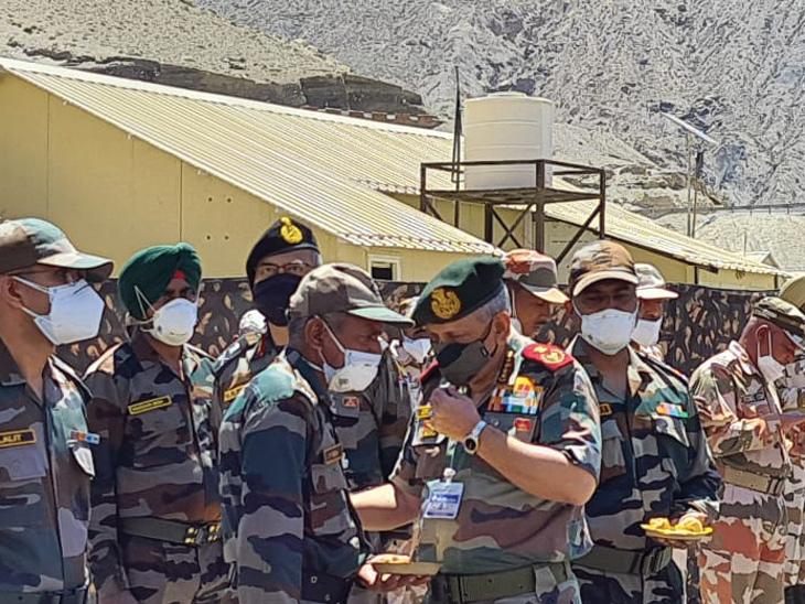 सीडीएस जनरल बिपिन रावत यांनी एलएसीजवळील भागांचा आढावा घेतला. - Divya Marathi