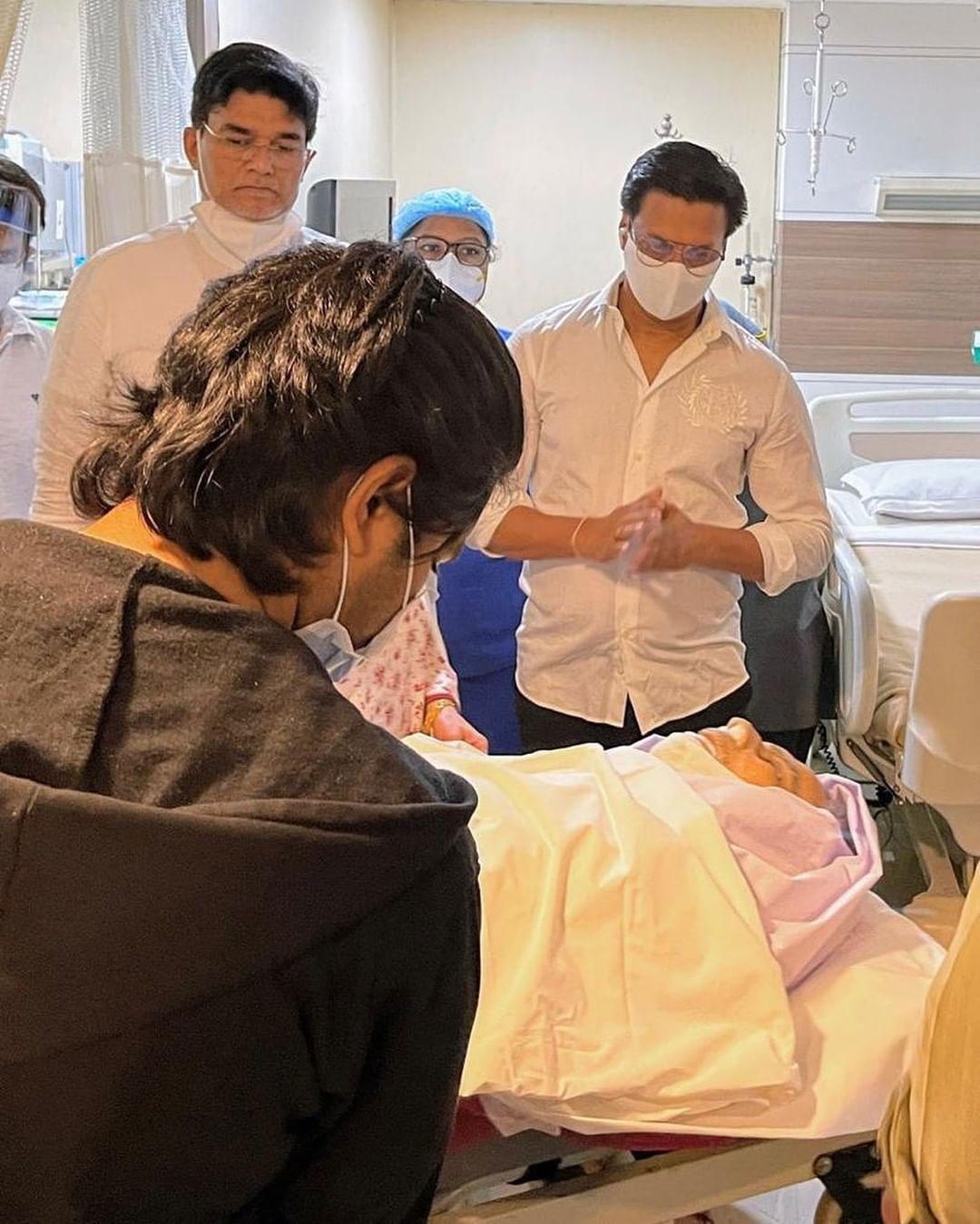 दिलीप साहेबांच्या निधनाचे वृत्त समजताच दिग्दर्शक मधुर भंडारकर हिंदुजा रुग्णालयात पोहोचले होते.