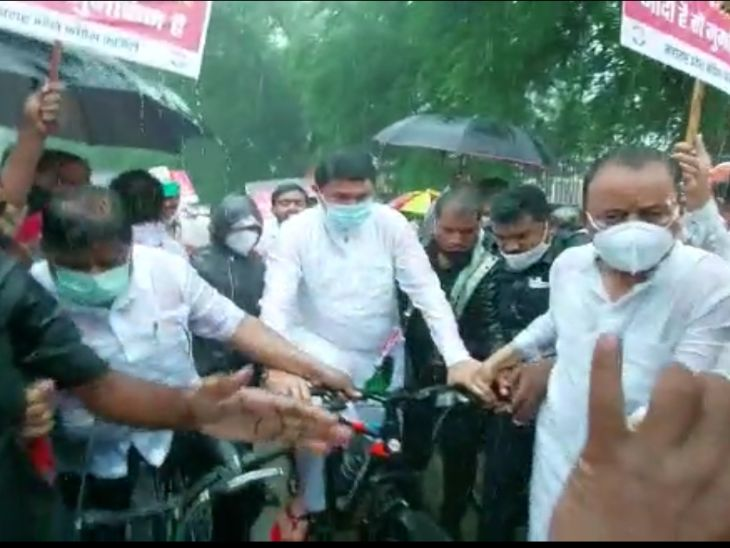 'मोदी तेरे राज मे, सायकल आगयी हाथ मे', नागपुरात पटोलेंच्या नेतृत्त्वात भरपावसात निघाला काँग्रेसचा सायकल मोर्चा, औरंगाबादेत बैलगाडीत मोर्चा नागपूर,Nagpur - Divya Marathi