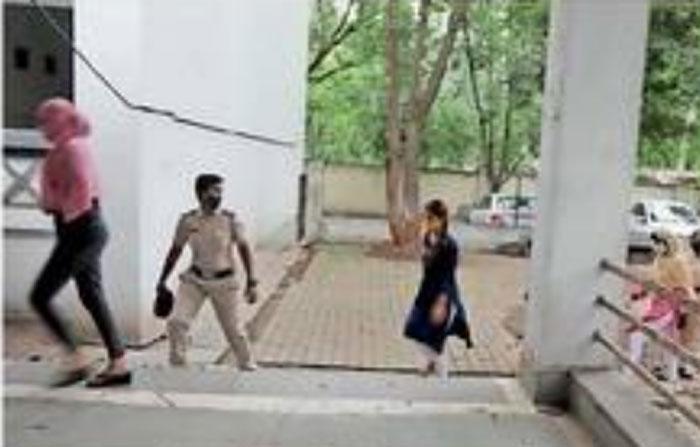 हीना पांचालसह तीन अभिनेत्रींना कोर्टात हजर करताना पोलिस.
