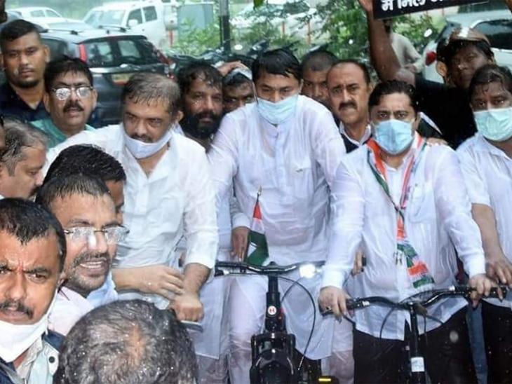 नागपुरात प्रदेशाध्यक्ष नाना पटोले यांच्या नेतृत्वाखाली भरपावसात सायकल यात्रा काढण्यात आली. - Divya Marathi