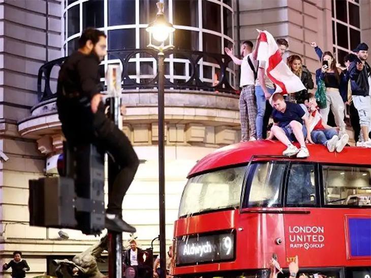 उपांत्य फेरीत इंग्लंड विजयी झाल्यानंतरचा जल्लोष. - Divya Marathi