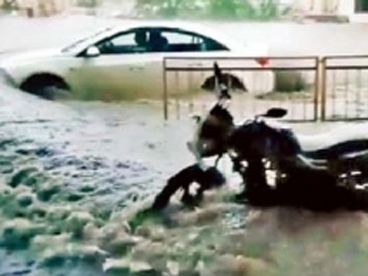 नांदेड : गोकुळनगर परिसरात धुवाधार पाऊस झाल्यानंतर वाहने अशी पाण्याखाली गेली होती.छाया : करणसिंह बैस. - Divya Marathi