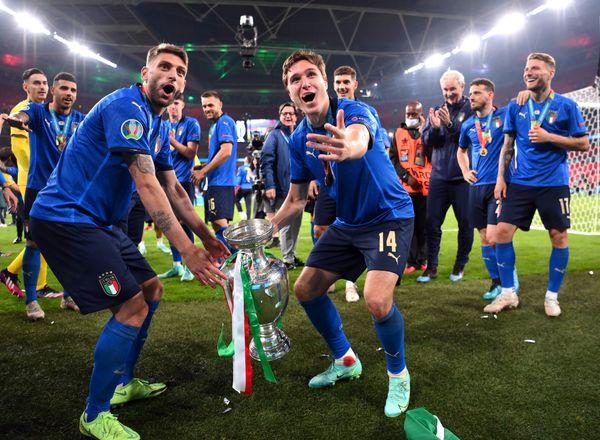 ट्रॉफीसोबत जल्लोष करताना इटलीचे खेळाडू.