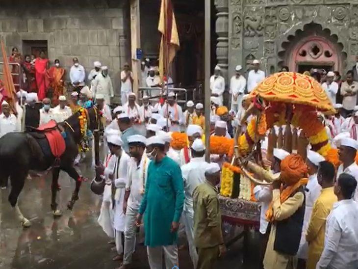 जगद्गुरू संत तुकाराम महाराज यांचा पालखी सोहळा, मंदिराच्या आवारात अश्वाचे रींगण; पाहा फोटोज सोलापूर,Solapur - Divya Marathi