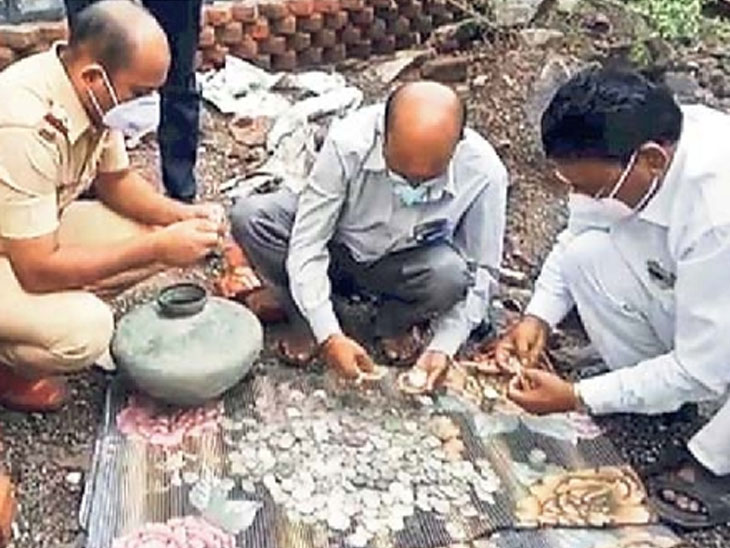 18 ते 19 व्या शतकातील 11 किलो चांदीची नाणी प्रशासनाने घेतली ताब्यात; बेलापुरात घराचे खोदकाम करताना सापडले गुप्तधन|अहमदनगर,Ahmednagar - Divya Marathi