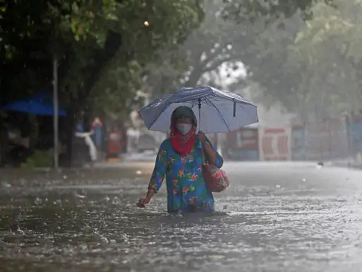मुंबईच्या गांधी बाजाराच्या परिसरात मुसळधार पावसामुळे रस्त्यावर कंबरेपर्यंत पाणी साचले आहे.