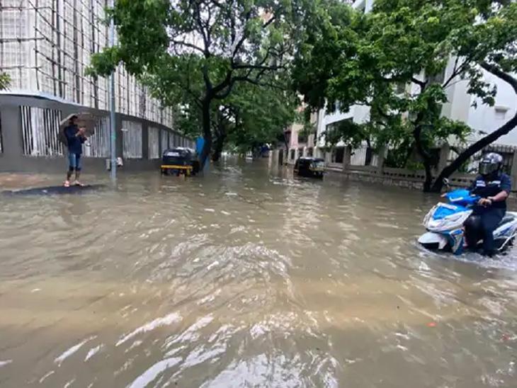 मुंबईतील लिंकिंग रोड परिसरात मुसळधार पावसामुळे रस्ता पाण्यात बुडाला आहे.