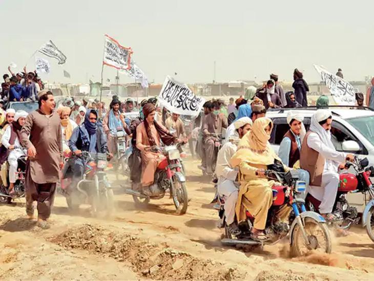 छायाचित्र पाकिस्तानच्या चमन जिल्ह्यातील आहे. तालिबानींनी झेंडे फडकवत रॅली काढली होती. - Divya Marathi