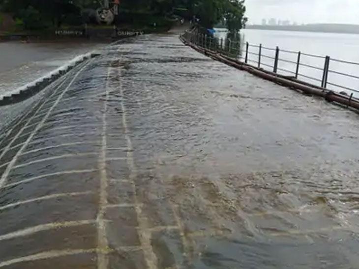 मुसळधार पावसामुळे मुंबईतील विरार तलाव ओसंडून वाहत आहे.