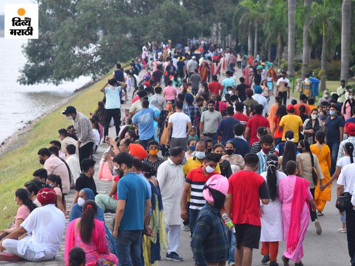 चंदीगडच्या सुखना तलावावर पर्यटकांची गर्दी. दर रविवारी येथे असेच दृश्य पहायला मिळते. - Divya Marathi