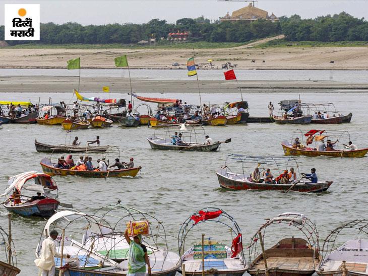 फोटो प्रयागराजचा आहे. येथे अष्टमीला गंगा नदीत स्नान करून लोक बोटीची सफर करतात.