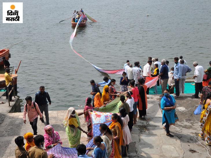 फोटो सूरतमधील ताप्ती नदीच्या काठावरील आहे. येथे एक व्यक्ती त्याच्या वाढदिवशी आपल्या कुटुंबासमवेत नौकाविहार करण्यास आला होता.
