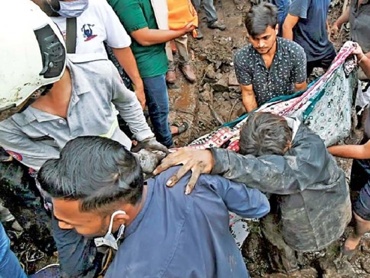 चेंबूरच्या भारतनगरमध्ये मध्यरात्री दरड कोसळताच अग्निशमन दल, एनडीआरएफची टीम पोहोचेपर्यंत परिसरातील रहिवाशांनी शेजाऱ्यांना मदतीचा हात दिला. - Divya Marathi