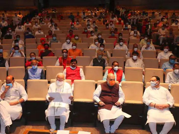 भाजपच्या संसदीय मंडळाच्या बैठकीतून सामाजिक अंतर आणि मास्कचा संदेश देण्यात आला.
